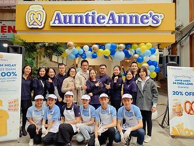 Tưng bừng khai trương cửa hàng Auntie Anne's Chùa Láng